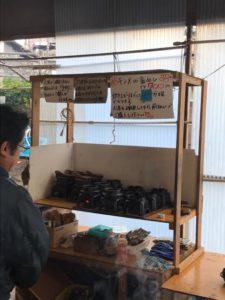 「港の朝市」は毎週土・日と祝祭日の開催です。東伊豆町町役場の駐車場で行われていて、最近ではテレビなどの取材なども来るそうです。  オープンは朝8時。お昼の12時で終了です。
